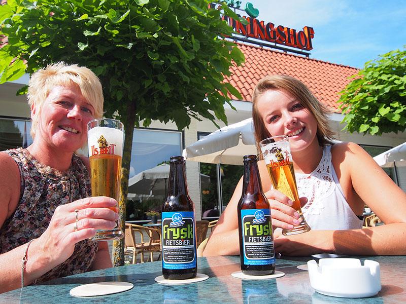 Genieten van Frysk Fietsbier op het terras van restaurant De Koningshof in Heerenveen.