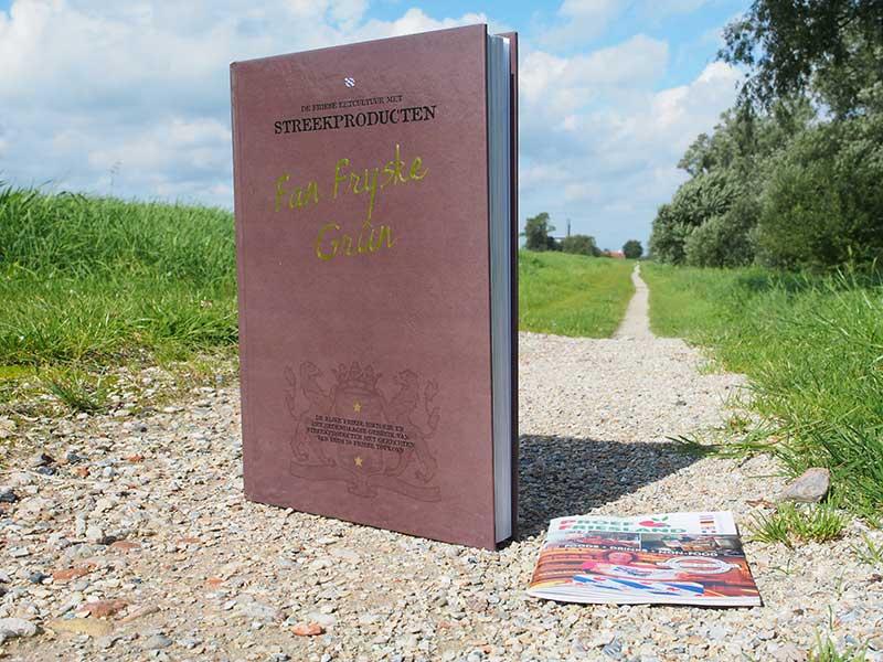Fan Fryske Grûn. Dit lijvige kook- en geschiedenisboek verwoordt en toont de rijke eet- en drinkcultuur van Friesland. Het standaardwerk wordt in 2016, samen met het zakboekje 'Proef Friesland', een onderdeel van nieuwe culinaire arrangementen op basis van Friese streekproducten van het bureau voor toerisme. Het boek, waaran 30 Friese topkoks meewerkten, is nu al te bestellen bij www.frieslandhollandwebshop.nl Het mini-pocket 'Proef Friesland' krijgt u er gatis bij: