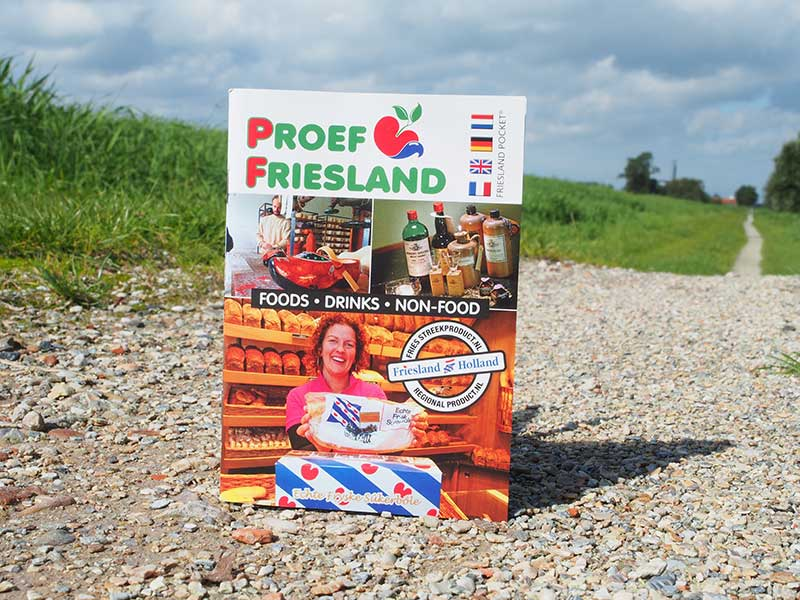 """Het in het Nederlands, Duits, Engels en Frans gestelde zakboekje 'Proef Friesland' is het eerste van een serie thematische Friesland Pockets die de toerist en iedere andere belangstellende de mogelijkheid geeft zich te verdiepen in de Friese natuur, cultuur, historie en heerlijkheden. Uitgever is het bureau voor toerisme van Fryslân, Friesland Holland. Het """"bûsboekje"""" kost € 2,50 en is te bestellen bij www.frieslandhollandwebshop.nl"""