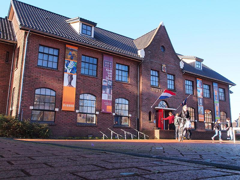 """Niet Leeuwarden, maar Drachten is de culturele hoofdstad van Friesland, deelt directeur Paulo Martina van kunst- en geschiedenismuseum Dr8888 in Drachten aan de bezoekers van zijn website mee. Nog gekker: Philips City (de meest innovatieve en grootste scheerapparatenfabriek van de wereld staat in Drachten) is ook de Kulturele Haadstêd van Europa. """"Nederland en Europa weten in toenemende mate dat er in Drachten een prachtige collectie te zien is van de internationale historische avant-garde bewegingen De Stijl en DaDa."""" In het voormalige Franciscaner klooster vind je de creatieve sporen van de hoogartistieke dorpsschoenmakers Thijs en Evert Rinsema. Zij spelen in Museum Dr8888 de hoofdrol. Verder bestaat de collectie uit beeldende kunst uit de 20- en 21-ste eeuw van onder andere Hendrik Werkman en van zijn zoon en kleinzoon, Theo van Doesburg, Kurt Schwitters en Ids Wiersma. Nu is er een grote overzichtstentoonstelling van Koos van der Sloot die gefascineerd is door eieren. Van zijn werk raken velen van de leg: het is esthetisch, poëtisch, intelligent en humoristisch tegelijk. Openingstijden en meer info: www.museumdrachten.nl"""