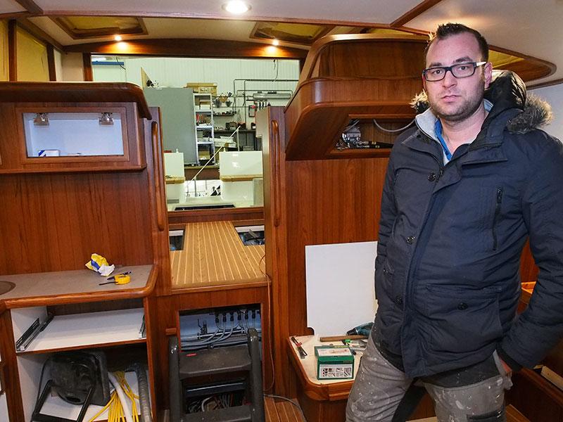 Hans Willem Rienks in de aanbouw zijnde aluminium Dutchess Stanza, een snelvaarder van € 600.000,-.