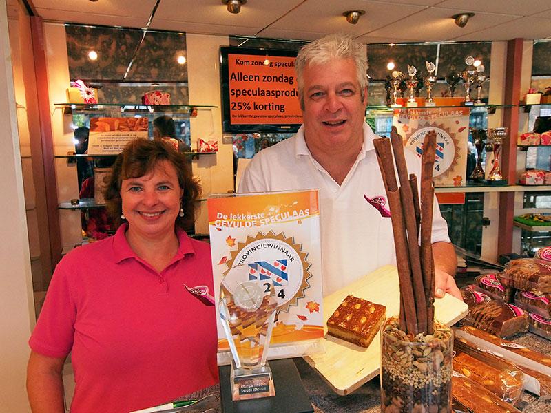 Wereldbakkers, Anja en Eduard Kruiper, met hun prijzen in de winkel in Wolvega.