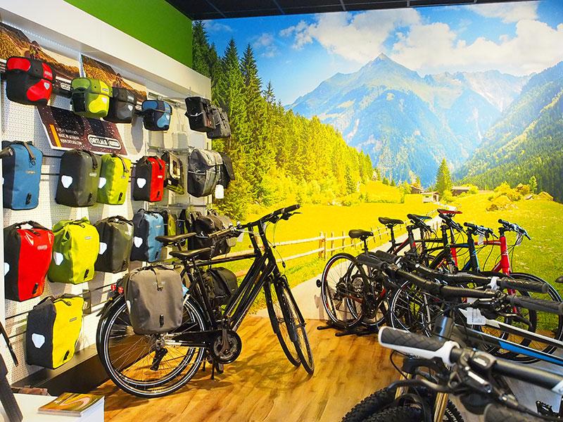De belangstelling voor e-bikes via de vakhandel is groot. In een dorp als Wolvega (12.752 inwoners) zijn maar liefst vier grote fietsenzaken druk met de verkoop, verhuur en reparatie van elektrische fietsen. Vrijdag 1 april ging winkel nummer vier open, Ten Veen Tweewielers in de Van Harenstraat. Rijwielhandelaar Klaas ten Veen (op laatste foto) heeft ook fietsenzaken in Oldemarkt en Steenwijk. Meer info: www.tenveentweewielers.nl