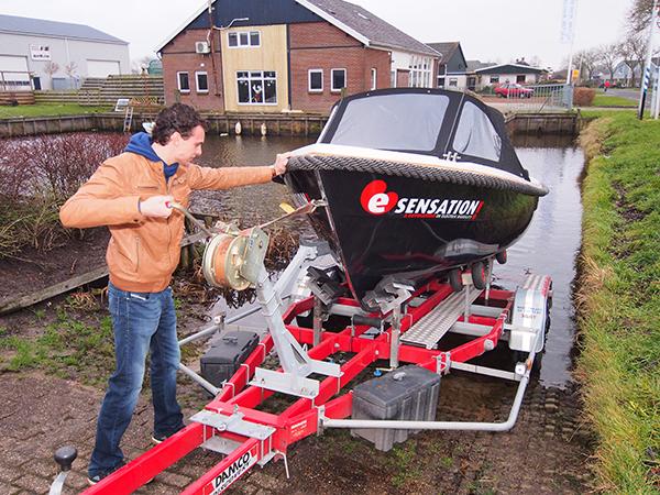 Sebastiaan Strampel laat de E-sensation sloep te water vanaf een boottrailer van Friesland Holland.