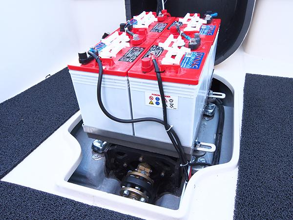 Een koppeling, schroefas, schroef en accu's maken deel uit van het E-boat pakket van Strampel's Water World Electronics.
