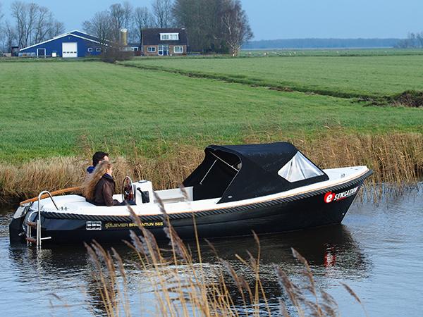 De E-sensation testsloep, een Clever Brigantijn, geleverd door Watersport Giethoorn. Aan het roer Sebastiaan Strampel. Touroperator Alinde Holsappel van Friesland Holland Travel geniet mee.