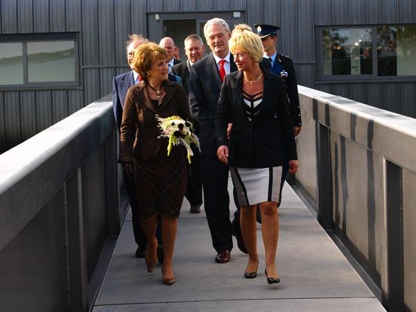 Prinses Margriet (links) en directrice Hilda Boesjes op weg naar het stoomgemaal nadat de prinses de offciële opening van het bezoekerscentrum had verricht en een film in de bisocoop had gezien.