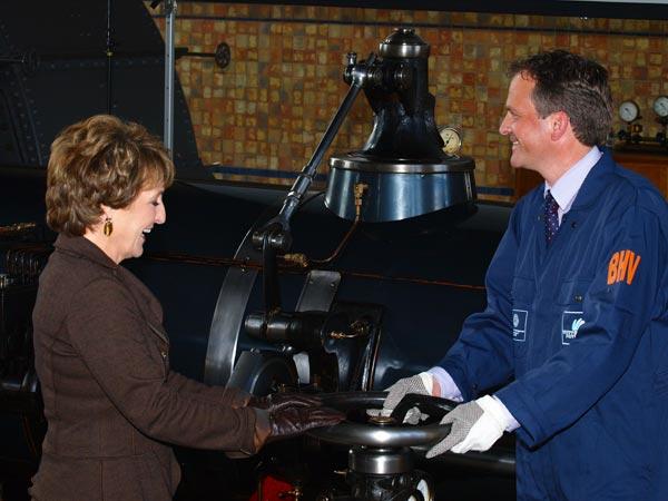 De prinses draait met hulp van monteurs van Wetterskip Fryslân de kraan open: stoommachine 1 treedt in werking. De andere drie machines waren al eerder op de dag in werking gezet.