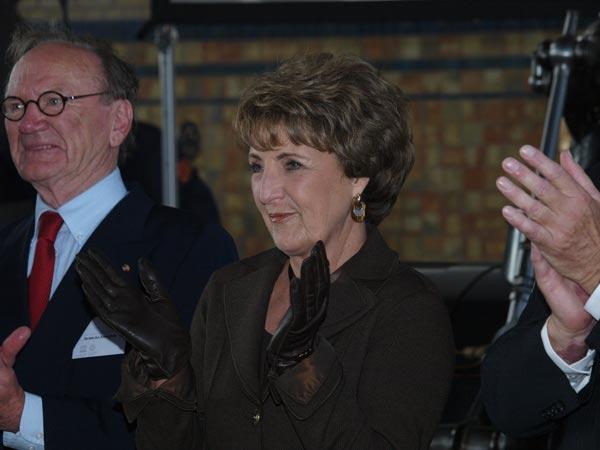 Prinses Margriet geniet van het optreden van het Lemster Mannenkoor, 100 man sterk, in de 'kathedraal van stoom'. Naast haar voorzitter Arie Kranendonk van Werelderfgoed Woudagemaal.