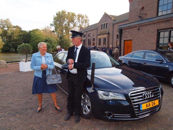 aOok vorstelijk: de koningin van Skarsterlân, VVV-bazin Wimke Kampen, en de Lemster VIP-chauffeur Jan Gort (oud CDA-politicus) bij de auto van Prinses Margriet. Die was toen in de VIP-tent.
