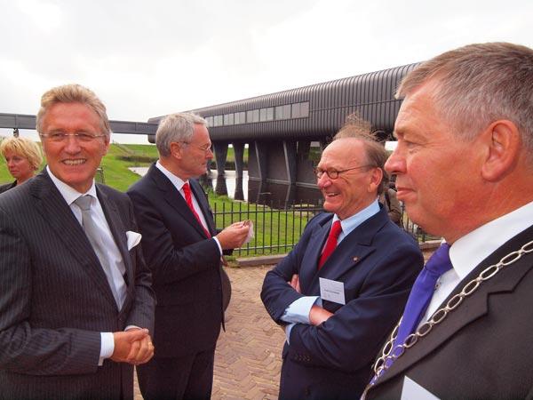 Bij het bezoekerscentrum: commissaris van de koningin in Fryslân, John Jorritsma, voorzitter Arie Kranendonk van het bezoekerscentrum , dijkgraaf Paul Erkelens en burgemeester Dick Stellingwerf van Lemsterland.