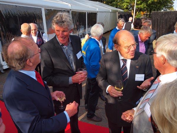 Architect Jelle de Jong (tweede van links), wiens bureau het belevingscentrum ontwierp, in gesprek met Arie Kranendonk. In het midden oud-opperrechter Rienk Wegener Sleeswijk die met oud-burgemeester Jo Bosma van Lemsterland converseert.