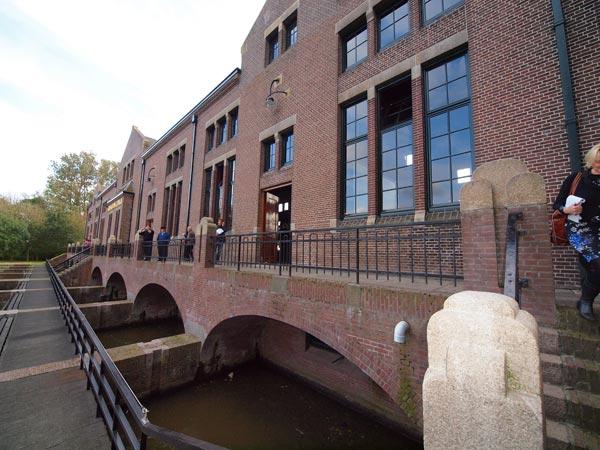 Oud en nieuw. Het Wouda-gemaal aan de vasteland- en IJsselmeerzijde en een kijkje in het nieuwe bezoekerscentrum.