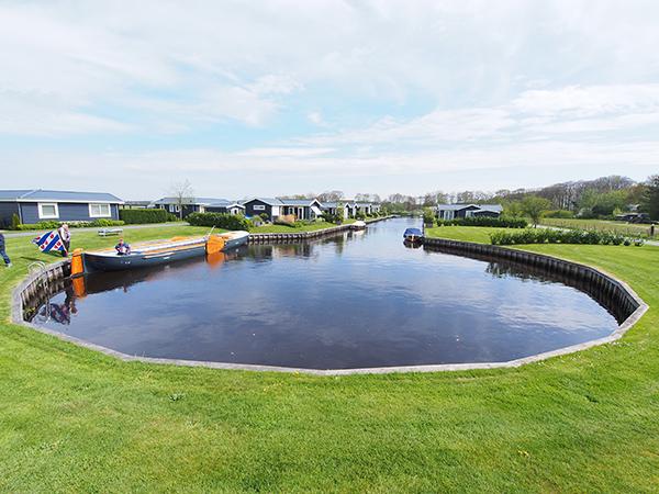Marinapark De Vossenhoek heeft een grote (vis)vijver die ook dienst doet als zwaaikom voor sloepen en de rondvaartpraam Simmermoarn.