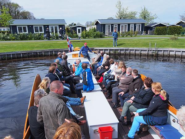 Zelfs Wiepke Wierda (met accordeon),  rondvaartondernemer in Stavoren, kan met zijn 45 persoons praam op De Vossenhoek komen.