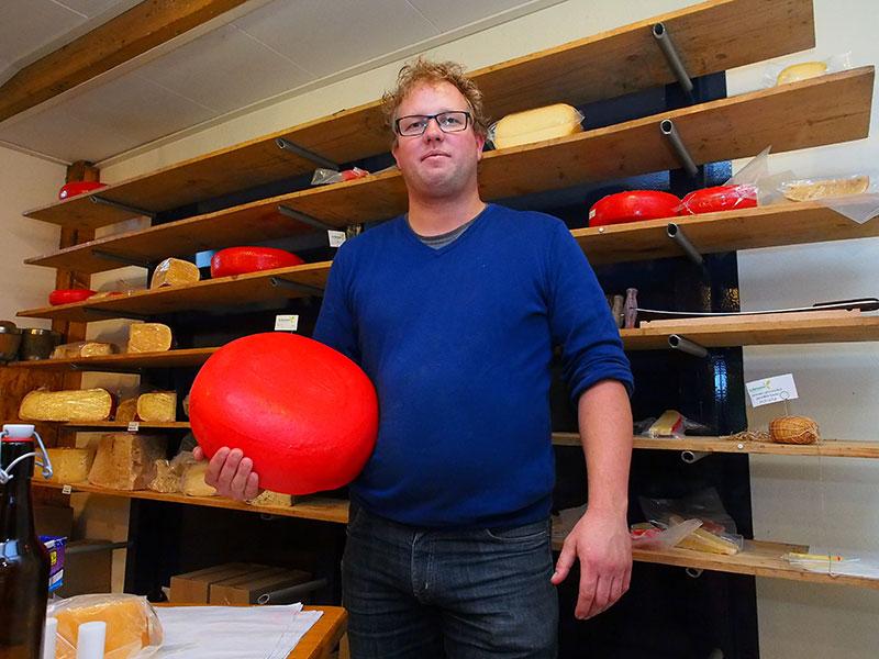 Kaasmaker Jacob Nauta van De Wartenster. Hij is door het Fries bureau voor toerisme gevraagd de Friese weidekaas te maken vanwege zijn vlotte bereidheid om kennis over kaas te delen en ook vanwege de ligging nabij Culturele Hoofdstad van Europa Leeuwarden (in 2018) en Nationaal Park De Alde Feanen (Earnewâld). Nauta heeft mooie boerenpramen waarmee varende proeverijen — met streekproducten — en excursies door de grachten van Leeuwarden en het natuurgebied gemaakt kunnen worden.
