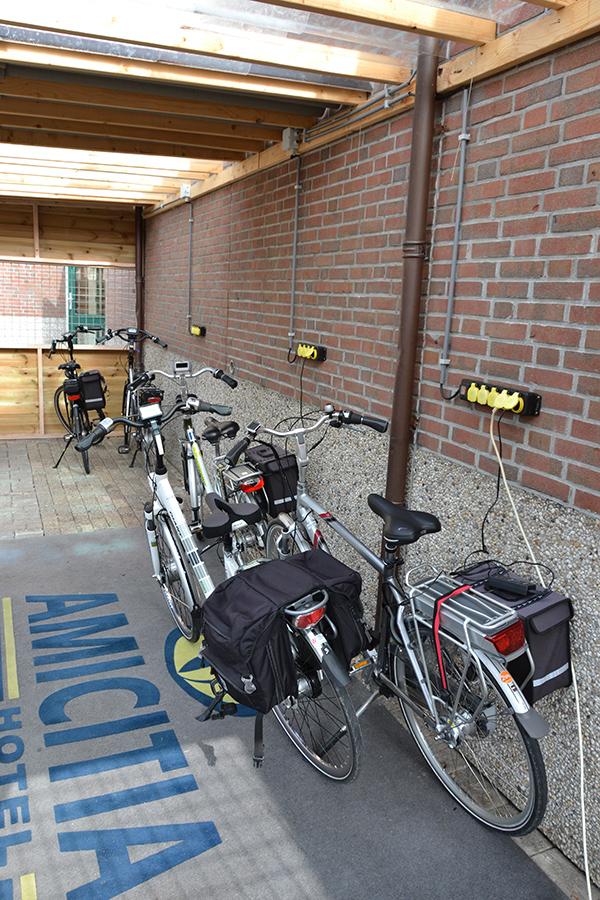 """Hotel Amicitia heeft voor alle soorten """"bikers"""" een passend onderkomen, dus niet alleen voor Harley-rijders, maar ook voor E-bikers."""