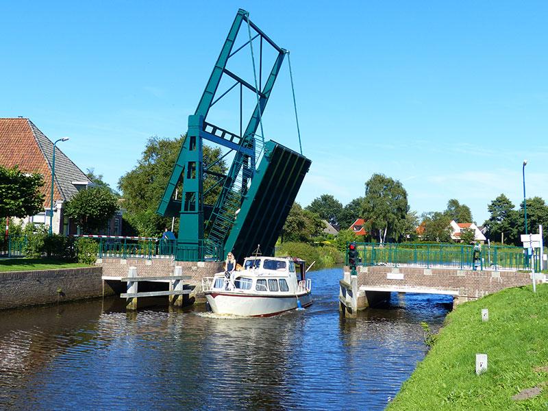Met de boot naar vorstelijk Oranjewoud via Mildam.© Albert Hendriks Friesland Holland Nieuwsdienst