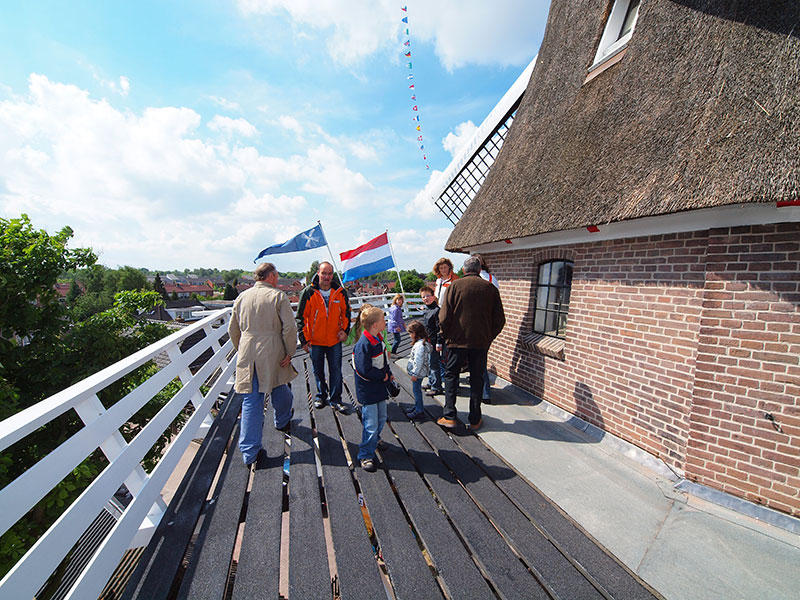 Molen in bedrijf: Windlust in het centrum van Wolvega.