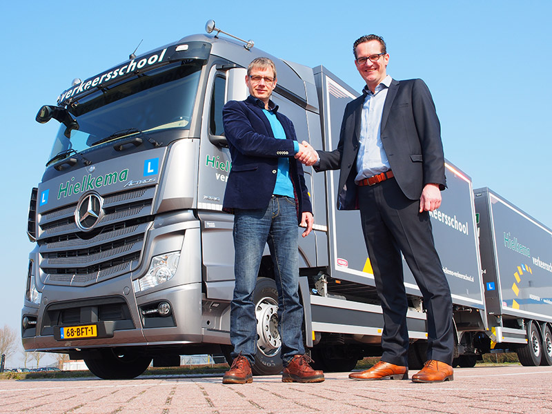 Roberto Benschop van Wensink Trucks (rechts) maakte Koos Hielkema 19 maart 2015 blij met een nieuwe Mercedes-Benz Actros 1836 L.