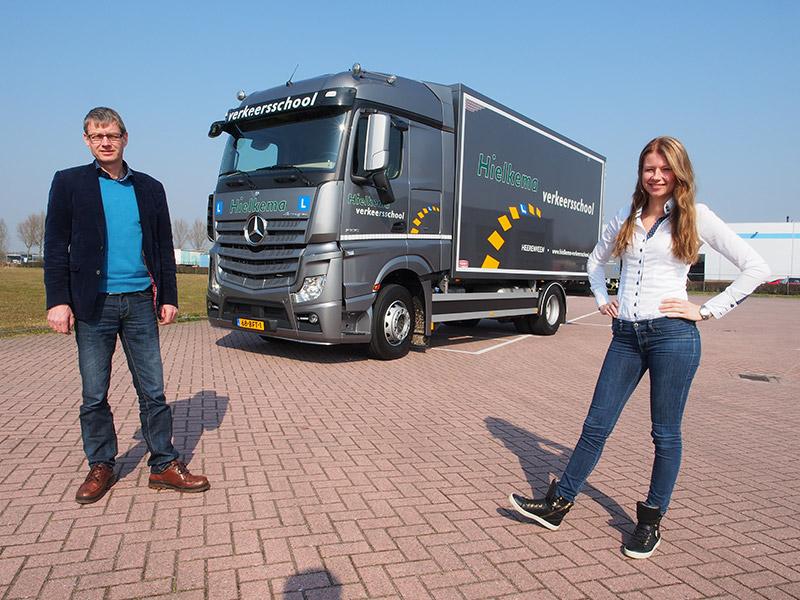 Koos Hielkema en dochter Dorien, beiden vrachtwageninstructeur, bij de nieuwe truck.