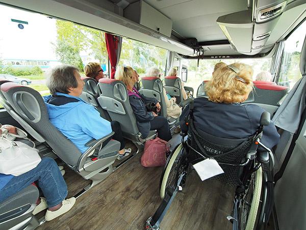Rolstoelers hebben in de nieuwe gelijkvloerse bus van ITS een vorstelijke positie, voorin en bij het raam.