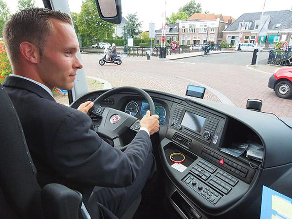 """""""Piloot"""" Anne Mulder rijdt zijn nieuwe bus door Sneek. De cockpit verschaft hem alle gewenste informatie. Hij beschikt over meer dan tien zeer geavanceerde veiligheidsvoorzieningen die hem helpen ongelukken te voorkomen, bijvoorbeeld bij filerijden en glad wegdek."""