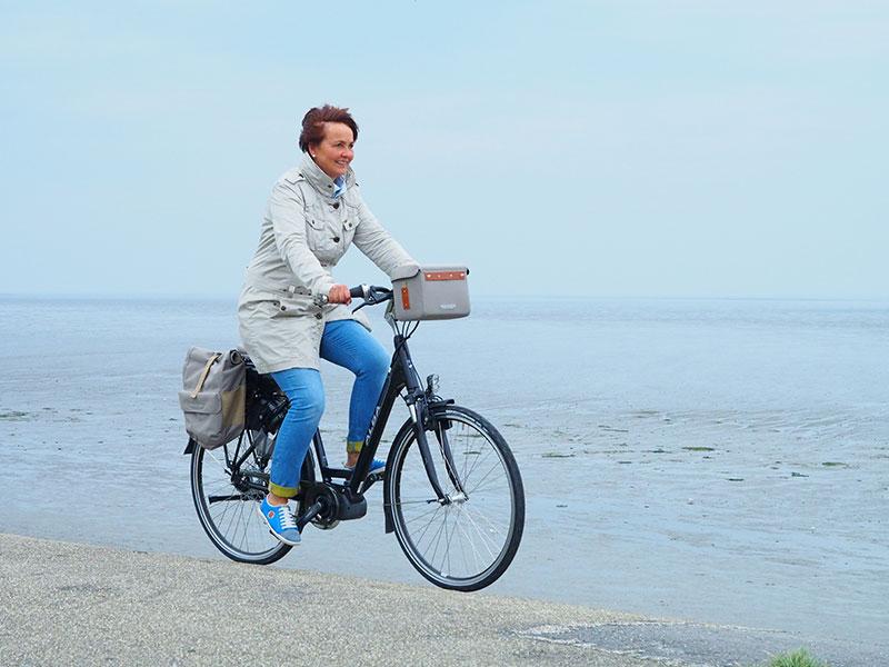 Op een Alba Ciclone Unique met een Brooks lifestyle-uitrusting langs de Waddenzee.