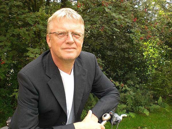 De Fries Hans de Boer, directeur-eigenaar van ALBA Bikes in Arnhem, is de eerste fietsfabrikant die een elektrische fiets wilde en kon samenstellen op basis van wensen van Friesland Holland: waterproof, laag gewicht (max. 24 kg incl. accu), grote actieradius, stille kleine en krachtige middenmotor, licht fietsend bij lege accu, sportief unisex frame met ruime op- en afstap en veel comfort en veiligheid, zoals hydraulisch bekrachtigde remmen en bredere banden.
