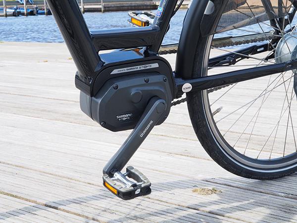 De Elfstedenfiets is uitgerust met het meest compacte en intelligente trapondersteuningsysteem: Shimano STePS uit Japan. Het fungeert stil en natuurlijk tot een maximumsnelheid van 25 km per uur. De verst haalbare afstand is 125 km (in de eerste stand, de ecostand). Testfietsers hebben vastgesteld dat hij tot 75 km ondersteunt bij harde tegenwind. Meer informatie over het bijzondere Shimano StePS-aandrijfsysteem voor e-bikes: https://shimano-steps.com/nl-nl/het-systeem