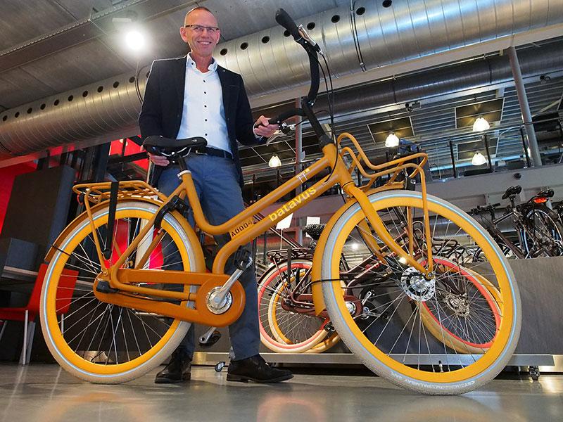 Frisian Design! Een glunderende directeur Menno Visser toont de nieuwste aandachttrekker van Batavus, de Quip, in designstad Eindhoven onderscheiden als uitmuntend industrieel ontwerp en nu internationaal in de picture.
