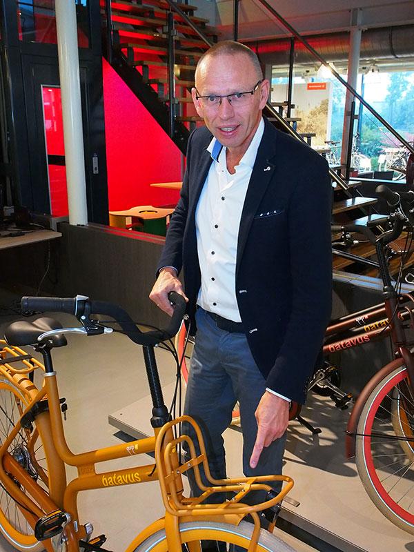 Opvallend, robuust en praktisch, dat is de stoere Batavus Quip, vindt Batavus-baas Menno Visser. Met zijn unieke, onuitwisbare nummer in het frame en de smalle, multi-inzetbare voordrager die eenvoudig te verbreden is, is de Quip volgens hem nu dé stadsfiets. De zitbuis, die onderbroken is, geeft de fiets een uniek aanzicht. De Quip is met een uniseks (damesframe) en herenframe verkrijgbaar!