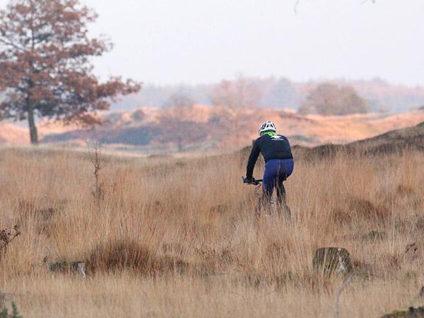 Mountainbiken op het Aeckingerzand, de Kale Duinen bij Appelscha, op de grens van Friesland met Drenthe. Fotografie: Albert Hendriks.