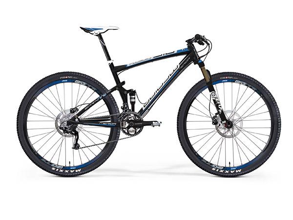 """De Merida Big Ninety Nine 1000 is een 29er, een mountainbike met grote 29"""" wielen, ideaal voor Nederlandse terreinomstandigheden. De grote wielen rollen eenvoudiger door het terrein en de tractie is door een groter contactoppervlak veel beter. De balans is heel goed — ook bij een lage snelheid — en op rechte stukken is de fiets met de grote wielen koersvaster. Bovendien is een 29er eenvoudiger op snelheid te houden. """"Iedere trap is raak en je bent dus écht sneller met een 29er!"""", Guido Kartner van Bikefreak Magazine. Fotografie en info: http://www.merida-bikes.com/nl_nl"""