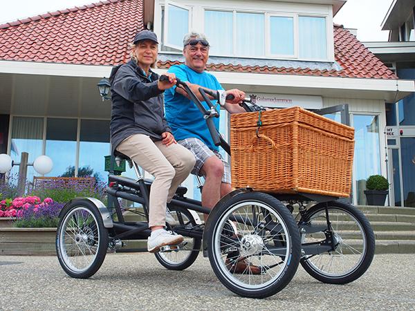 Daniël Brauwers en Belinda Aebi uit Temse (België) beginnen hun zevendaagse Elfstedentocht bij hotel Galamadammen in Koudum op de allereerste duo e-bike met een middenmotor en een dubbel accu.