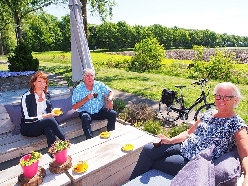 Direct aan de 'piste', eindeloos ver de Lindevallei inkijken, dat kan op het terras van Holland Inn. Jacqueline Zandhuis (links) en haar ouders Piet en Ans genieten er elke dag van.