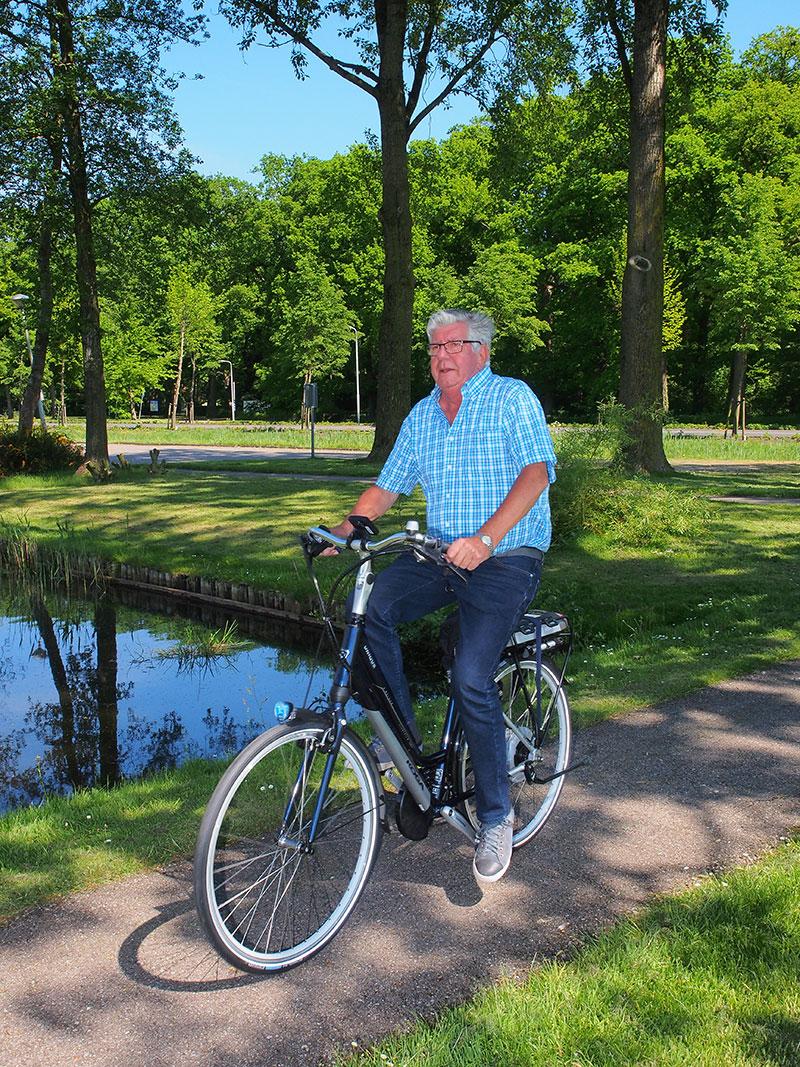 Piet Kromkamp op een nieuwe Koga Unique E-Deluxe van Friesland Holland Travel Service, de reisorganisatie van het Fries bureau voor toerisme waarmee hotel Holland Inn samenwerkt om het fietstoerisme in Zuid-Oost Friesland te bevorderen.