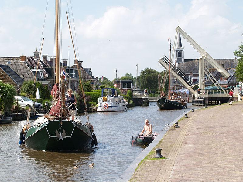 Veel watersporters passeren Burdaard (tussen Leeuwarden en Dokkum) zonder te weten wat voor moois er achter de gevels schuilt.