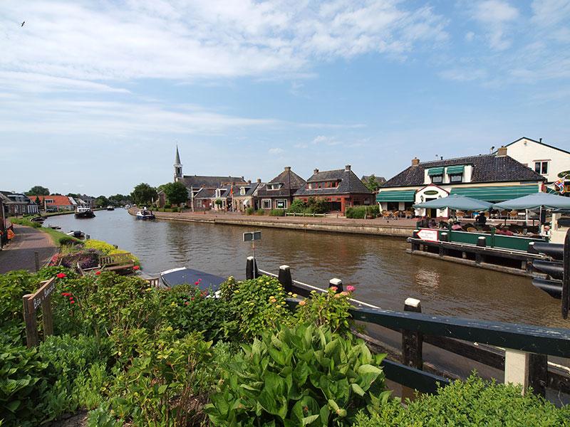 It Posthûs is een typisch Friese historische herberg, waar gezelligheid, goed eten en drinken, een mooi uitzicht op de Dokkumer Ee en oplaadmogelijkheden voor elektrische fietsen de sterke punten zijn.