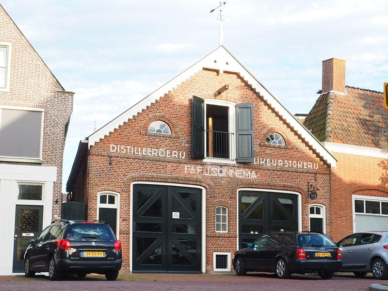 Mei 2014 begon Jojanneke Dijkstra een luxe bed and breakfast in de voormalige herberg en distilleerderij van Fedde Sonnema in Dokkum. Sonnema Berenburg verhuisde in 1971 naar de distilleerderij van Plantinga aan de Stoombootkade in Bolsward. Info: www.dokkumerbedandbreakfast.nl en www.sonnema.nl