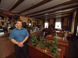 Sjoerd Bosgra in zijn gezellige klassiek ingerichte restaurant.