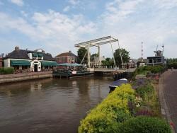 It Posthûs ligt aan de Dokkumer Ee, in het hart van Burdaard. Dit dorp wordt, zo is het plan van de gemeente Ferwerderadiel, opgestuwd in de vaart der volkeren door de bestaande jachthaven en camping bij molen De Zwaluw (rechts) op te waarderen.