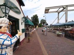 Burdaard biedt de sfeer van weleer. Opvallend: de inwoners zijn erg toeristvriendelijk — ze groeten gegarandeerd — terwijl het helemaal geen typische toeristenplaats is zoals Lemmer.
