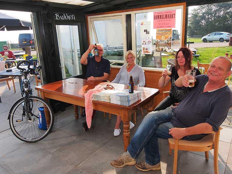 Proast! Friesland was al dé watersportprovincie van Nederland en is nu ook dé fietsprovincie van Nederland. Daar kan op gedronken worden in fietscafé snackbar Overwijk in de kleinste vissershaven van Europa, Laaxum aan het IJsselmeer (tussen Mirns en Stavoren). Alcohol- en limonadevrije Radler: http://www.friesstreekproduct.nl/nl/