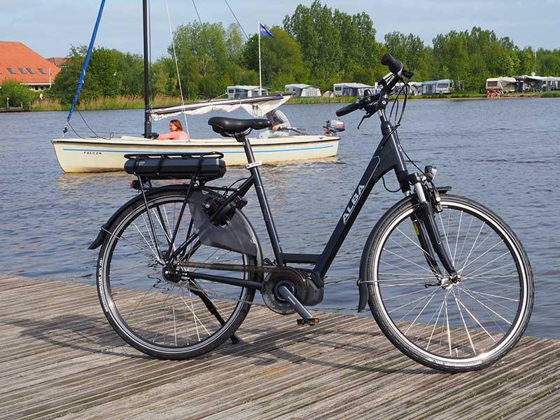 Friesland is nu de provincie voor water- en fietsrecreatie. Op de foto de nieuwste en lichtste sport e-bike van Nederland, de ALBA Ciclone, nieuw bij Rent a Topbike, het zeer luxe fietsenverhuurprogramma van Friesland Holland Travel. Info: http://frieslandtravel.com/nl/fietsverhuur en http://frieslandtravel.com/nl/fietsen/e-bike-packages/e-bike-test-arrangementen/e-bike-arrangement-acht-landschapppen