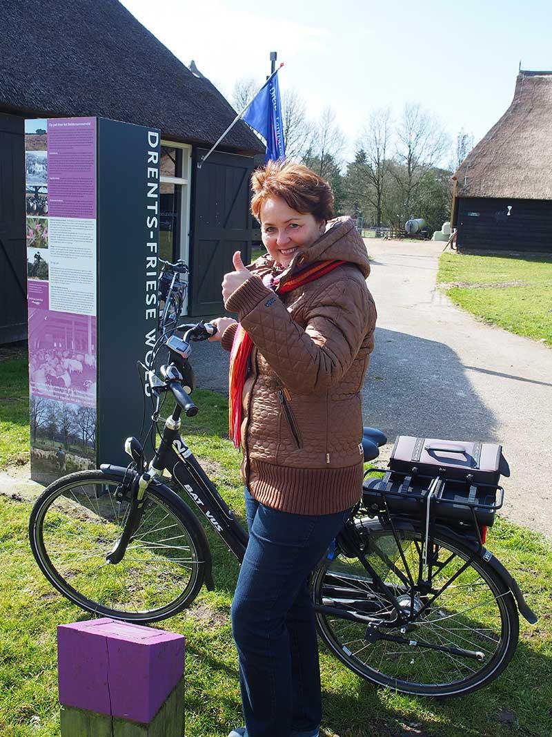 Drenthe is ook heel mooi, op een Batavus. Meer info: http://in.drenthe.nl/nl/p/ en http://www.drentslandschap.nl/ en www.goudenfriesewouden.nl (Nationaal Park Drents-Friese Wold). Batavus fietsen: https://www.batavus.nl/