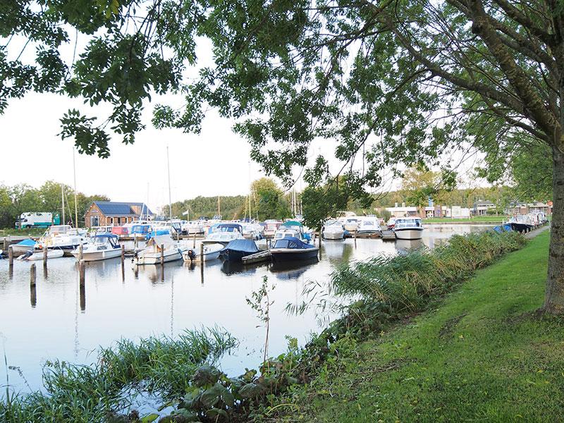 Boottoeristen zijn verbaasd over het mooie havengebouw van jachthaven De Rijd, de voorzieningen daarin (o.a. top invalidentoilet!), het terras en de aanlegsteigers vlakbij het centrum van het stadje. Wie had dit verwacht?