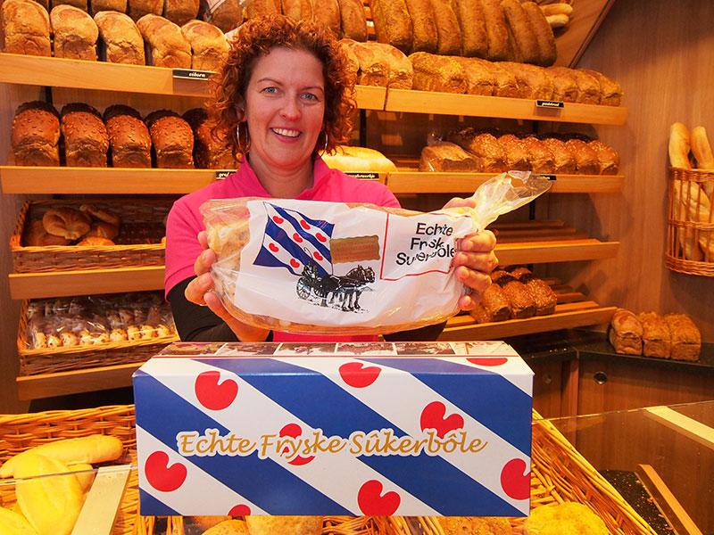 We zouden haar Miss Kollum kunnen noemen, medewerkster Margreet van der Steeg van bakkerij 'De Korenschoof' van de familie Riemersma aan de Eyso de Wendtstraat. Voor typisch Friese streekproducten uit een ambachtelijke bakkerij moet je bij haar zijn.