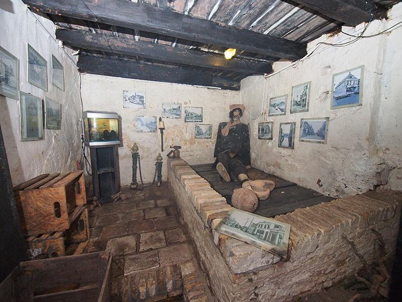 Karel Numan heeft een grote dieren- en hengelsportspeciaalzaak in het oude rechthuis, midden in Kollum. Wie een tijdje in een donkere nor wil zitten meldt zich maar bij hem, in de Voorstraat, want de oude gevangenis van Vrouwe Justitia is nog intact.