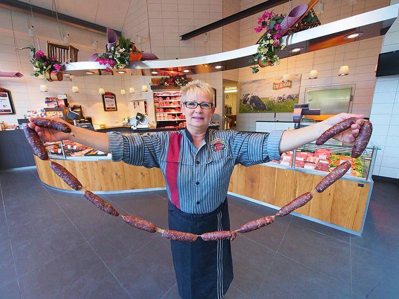 Kollum heeft een heel mooie slagerij, Notenbomer aan de Mr Andreaestraat. Kollumer droge worsten zijn een specialiteit, hetgeen medewerkster Janna van der Heide-Wielenga uit De Westereen (Zwaagwesteinde) overduidelijk aantoont.
